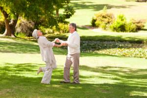 Dansende par i parken