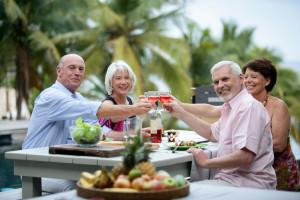 To seniorpar nyter god mat og rødvin på ferie