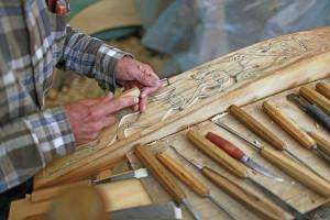 Mann lager fint mønster i treverk