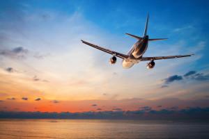 Fly kjører inn i solnedgang