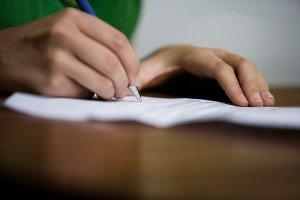 En person som skriver for hånd (illustrasjonsbilde)